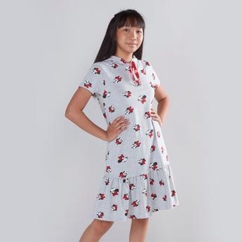فستان بأكمام قصيرة وقبعة وطبعات ميني ماوس
