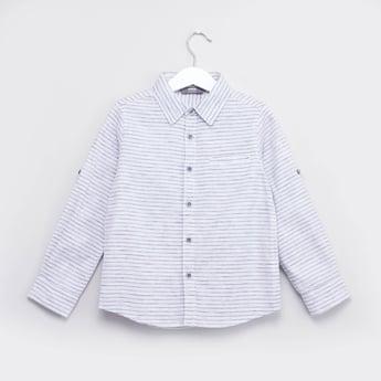 قميص مقلّم  بياقة عادية وأكمام بألسنة تثبيت