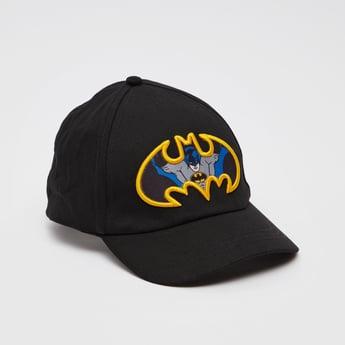 قبّعة كاب بتفاصيل زخارف باتمان وخطّاف وحلقة إغلاق