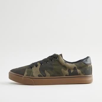 حذاء سنيكرز برباط إغلاق ورقبة منخفضة وطبعات كامو
