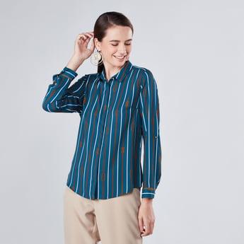 قميص بأكمام طويلة وأزرار مخفيّة وطبعات