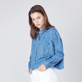 قميص دنيم مزين بأكمام طويلة وياقة عادية مع حواف مهترئة