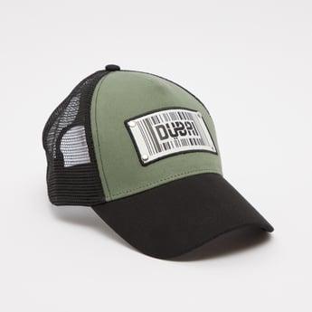 قبعة كاب بقوالب ملّونة وتطرّيزات