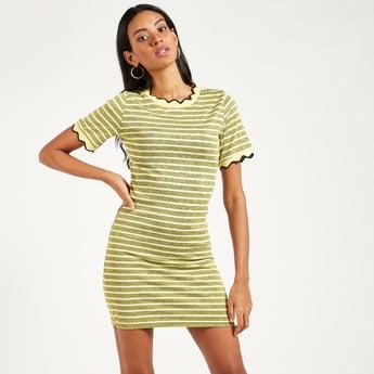 فستان قصير مقلّم بقصّة ضيّقة وأكمام قصيرة