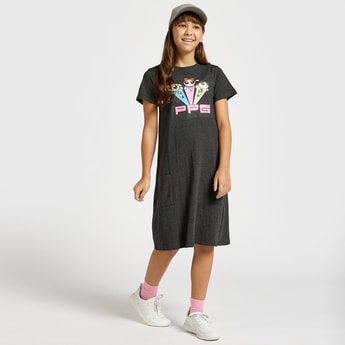 فستان بطول الركبة بأكمام قصيرة وتصميم فتيات القوة