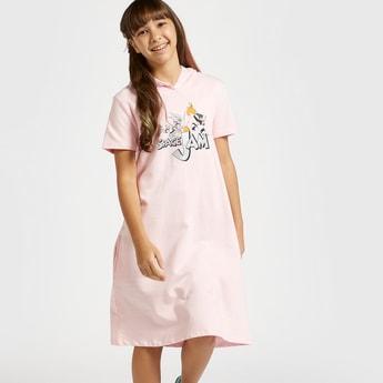 فستان رياضي بطبعات لوني تيونز جرافيكيّة وقبّعة وأكمام قصيرة