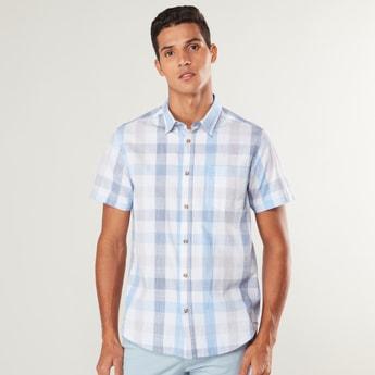 قميص كاروهات بياقة عاديّة وأكمام قصيرة