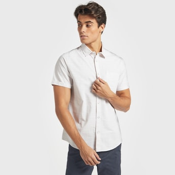 قميص بارز الملمس بياقة عاديّة وأكمام قصيرة