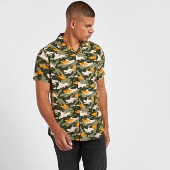 قميص سليم بطبعات تجريدية وأكمام قصيرة