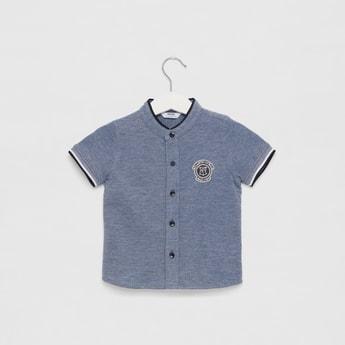 قميص بارز الملمس بياقة ماندارين وأكمام قصيرة