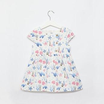 فستان بطول الركبة بياقة مربعة وأكمام كاب وطبعات