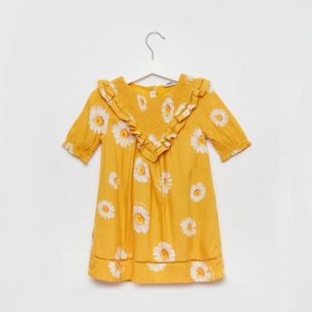 فستان بأكمام قصيرة وياقة مستديرة وطبعات أزهار وتزيينات كشكشة