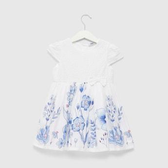 فستان بأكمام كاب و طبعات أزهار وتفاصيل فيونكة