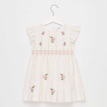 فستان بتطريز أزهار وأكمام كاب