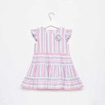 فستان مخطط متعدد الطبقات بطول الركبة وأكمام كاب وتزيينات زهرية