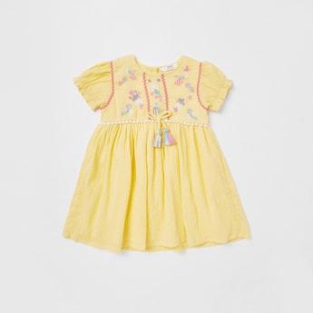 فستان مطرز بارز الملمس بأكمام قصيرة