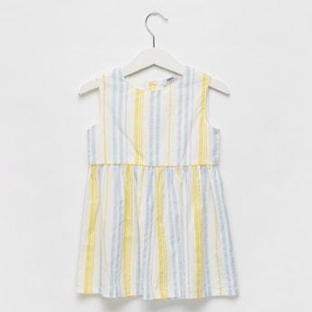 فستان مقلّم دون أكمام بياقة مستديرة وتفاصيل أزرار