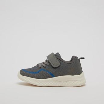 حذاء رياضي بارز الملمس بخطاف وحلقة إغلاق