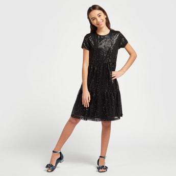 فستان بياقة مستديرة وبأكمام قصيرة وتزيينات ترتر