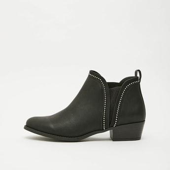 حذاء بوتس مزيّن بلسان سحب وكعب سميك