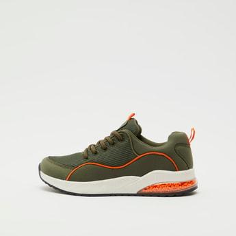 حذاء رياضي بتفاصيل شبكية ورباط إغلاق