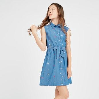 فستان مطرز بدون أكمام وبياقة عادية و أربطة