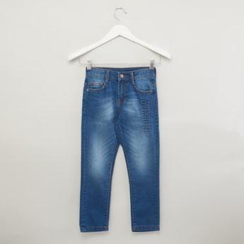 بنطلون جينز بتفاصيل منقوشة وحلقات حزام