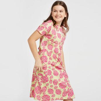 فستان بأكمام قصيرة وطبعات تروبيكول وتفاصيل جيب