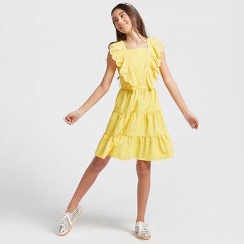 فستان متعدد الطبقات بتفاصيل شيفلي ودون أكمام وبأربطة