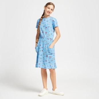 فستان منسوج بياقة ضيقة وجيب وطبعات زهرية