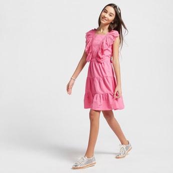 فستان متعدد الطبقات دون أكمام بتفاصيل شيفلي وأربطة