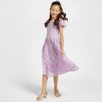فستان دانتيل متعدد الطبقات بياقة مستديرة وأكمام منفوخة