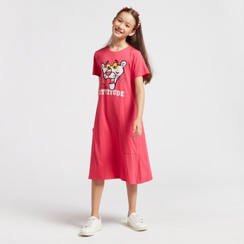 فستان ميدي بياقة مستديرة وأكمام قصيرة وطبعات بينك بانثر