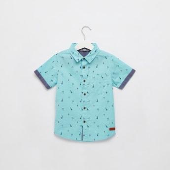 قميص بياقة عادية وأكمام قصيرة وطبعات