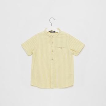 قميص مخطط بياقة ماندارين وأكمام قصيرة