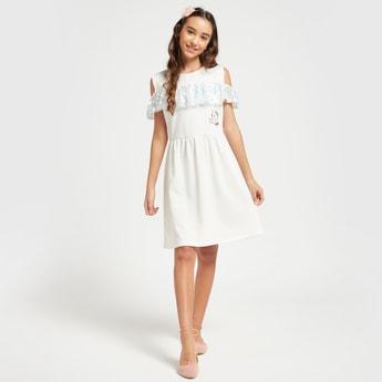 فستان بكتف مكشوف وبياقة مستديرة وكشكش وطبعات هالو كيتي