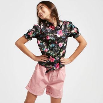 قميص بياقة عادية وأربطة وطبعات زهرية تزينه بالكامل