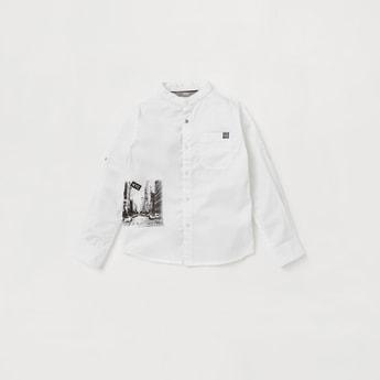 قميص بطبعات جرافيك وياقة ماندارين وأكمام طويلة