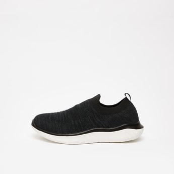 حذاء رياضي بارز الملمس مع لسان سحب وأطراف مطّاطيّة