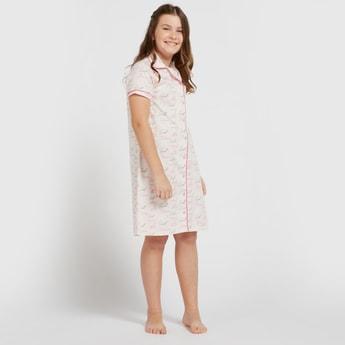 قميص نوم بياقة عادية وأكمام قصيرة وطبعات نصية