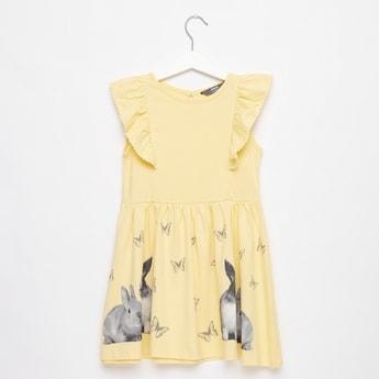 فستان دون أكمام بطول الركبة وتفاصيل كشكش وطبعات