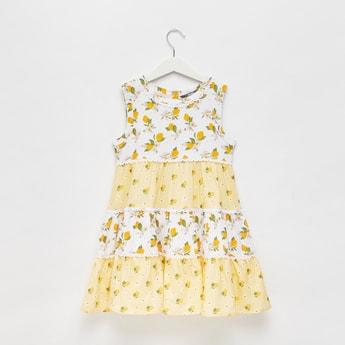 فستان متعدّد الطبقات دون أكمام بطبعات