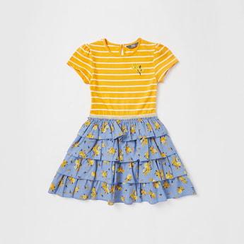 فستان مخطط بطول الركبة وأكمام قصيرة وكشكش