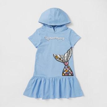 فستان مزيّن بطول الركبة بقبعة وتفاصيل كشكش