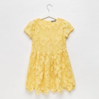فستان بياقة مستديرة وأكمام كاب وتفاصيل دانتيل