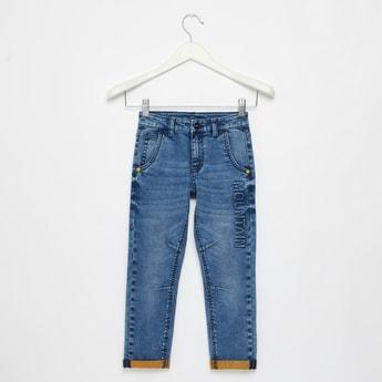 بنطلون جينز طويل بتفاصيل منقوشة و بجيوب وحلقات للحزام