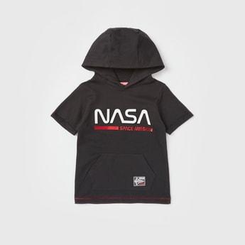 تيشيرت بأكمام قصيرة وقبّعة وطبعات من ناسا