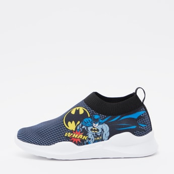 حذاء رياضي بطبعات باتمان ولسان سحب خلفي