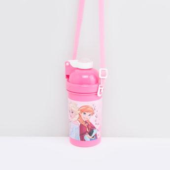 زجاجة مياه بطبعات فروزن مع قشّة