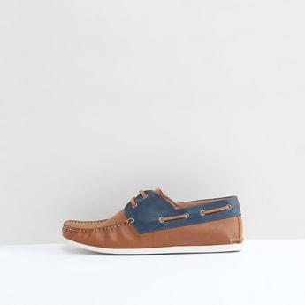 حذاء سهل الارتداء بتفاصيل دانتيل وخياطة